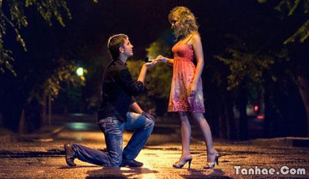 عاشقي - بوسه به دستانت میزنم